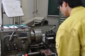 スターリングエンジンの部品を作成する学生