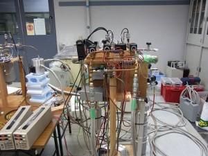 組み立て途中の77K小型冷凍機